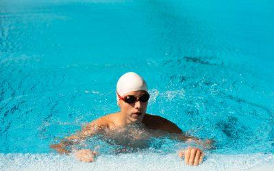 Плуване в басейн и носене на контактни лещи – има ли опасност?